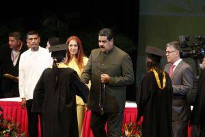 Maduro aumenta 50% del salario de los médicos del sector público