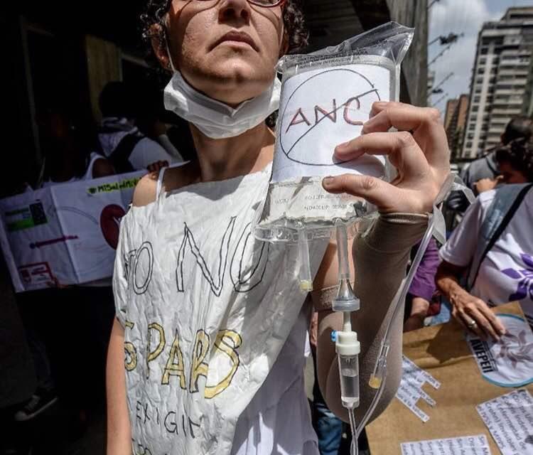 """""""La muerte no espera"""": venezolanos protestan por falta de medicinas"""