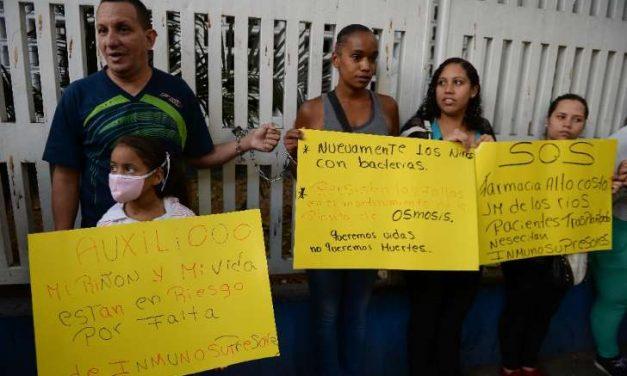 Padres de niños venezolanos se encadenan en el JM de los Ríos para exigir medicinas