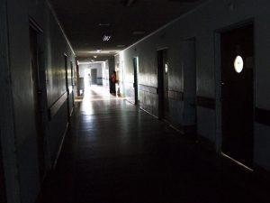 Hospital Clínico Universitario a oscuras desde hace tres semanas por falla eléctrica