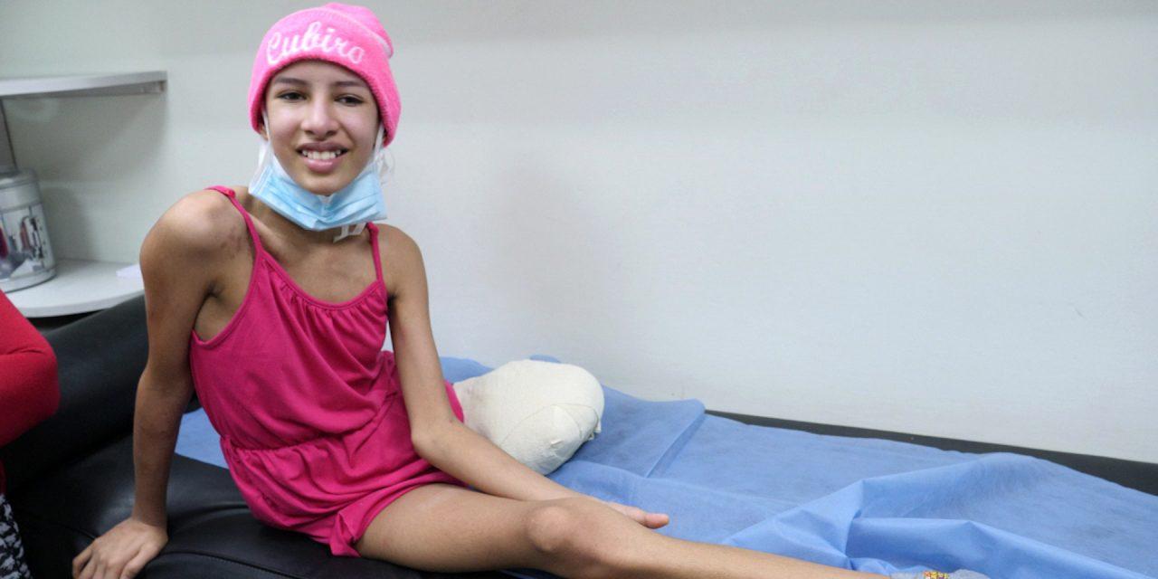 Médicos amputaron la pierna cancerosa a niña de 14 años para salvarle la vida